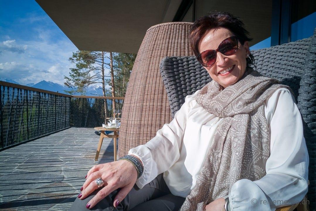Katja Birrer auf der Sonnenterrasse My Arbor Hotel