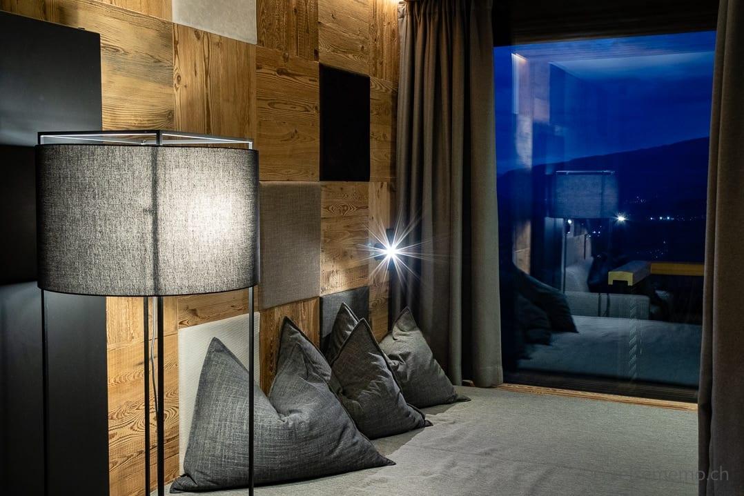 Sitzecke in der Hangout-Suite zur blauen Stunde