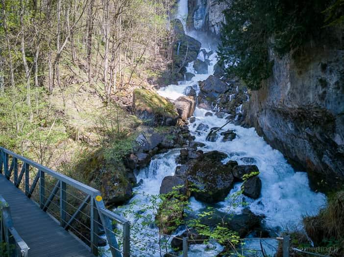 Wanderweg und Brücke über den Seerenbach