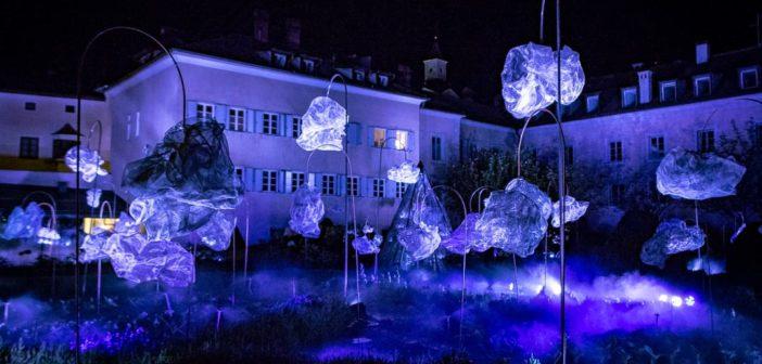 """Gewitter-Licht-Installation """"Through the clouds, the breathing of a rough diamond"""" - beim Brunnen Herrengarten"""