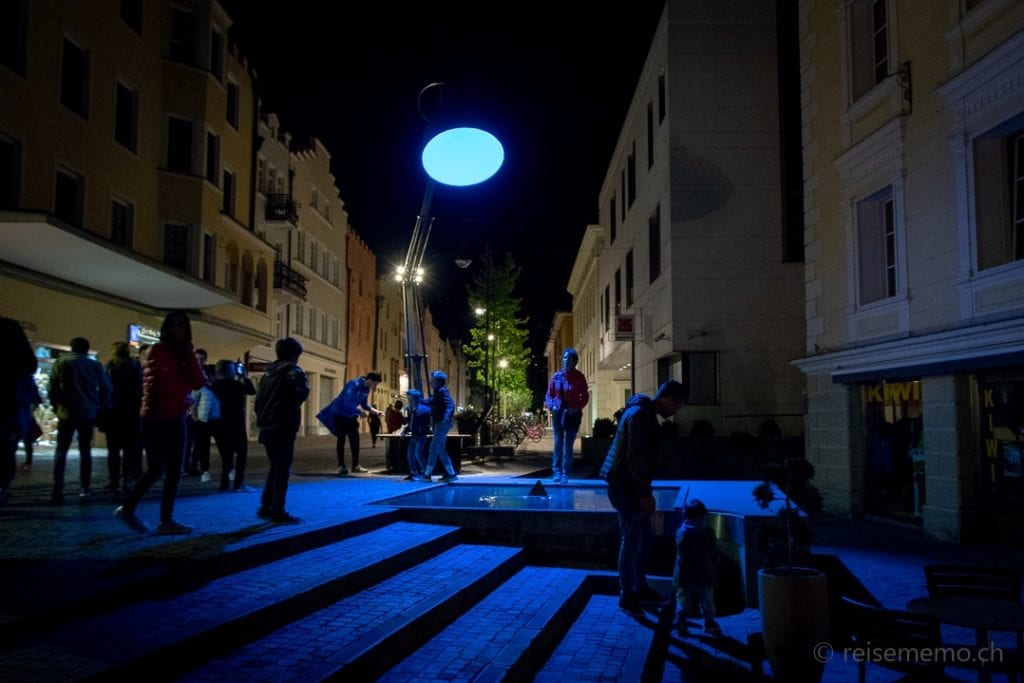 """Lichtskulptur """"Lampounette"""" beim Brunnen Grosser Graben in Brixen"""