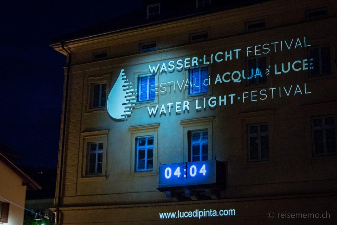 Logo des Wasser Licht Festivals in Brixen an einer Hausfassade