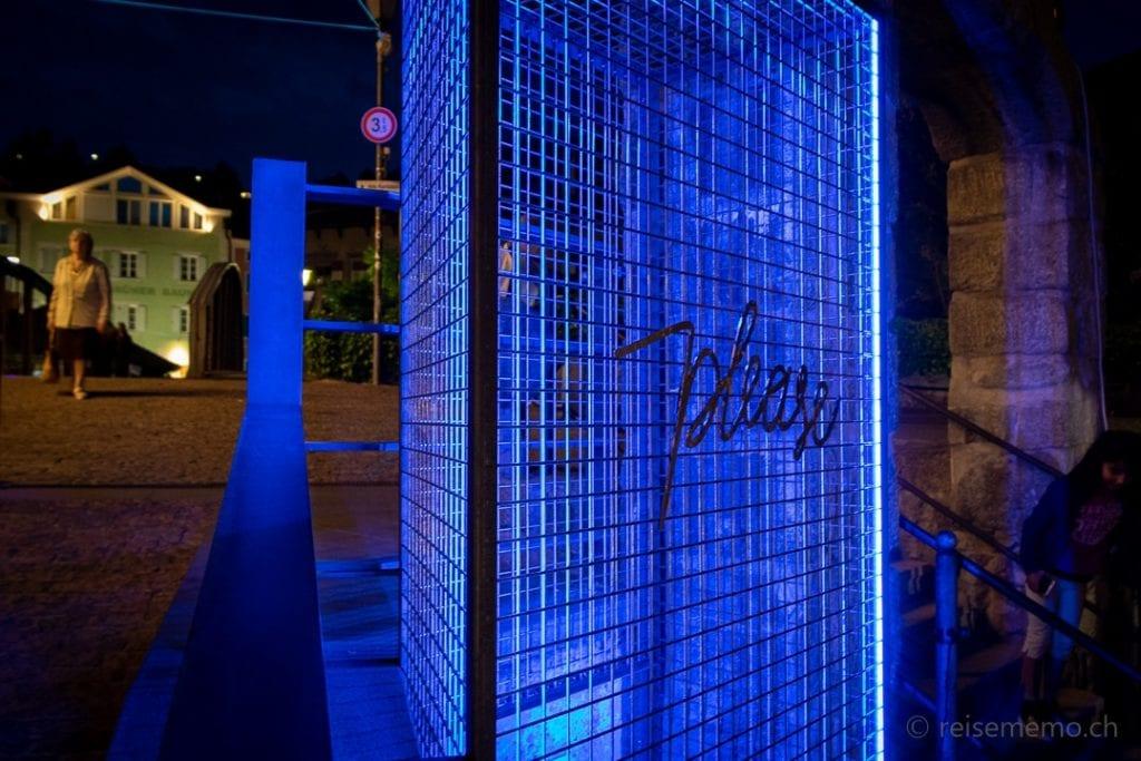 Installation Please beim Brunnen Adlerbrückengasse in Brixen