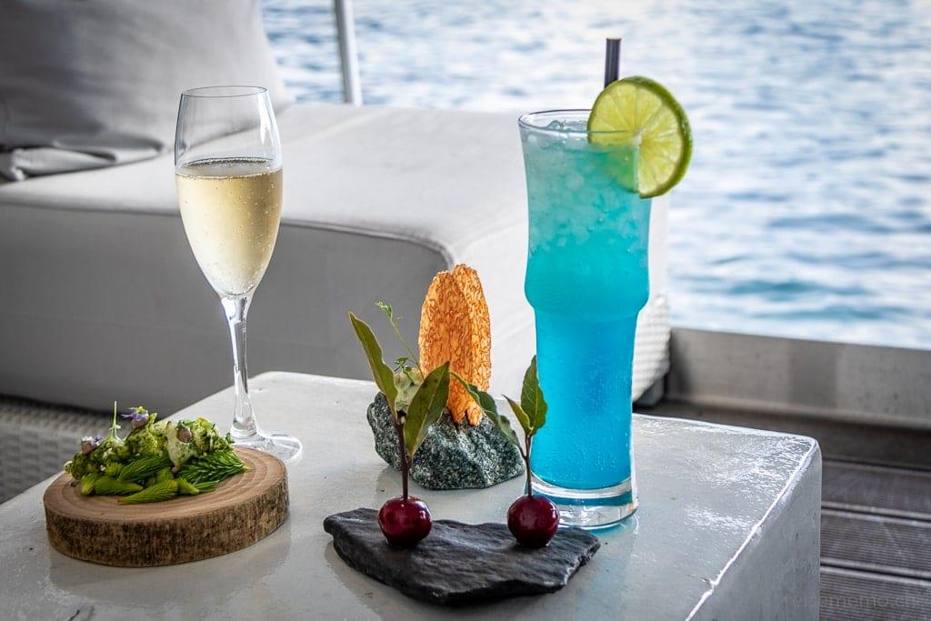 Farbige Drinks mit Amuse-Bouche in der Sens-Lounge