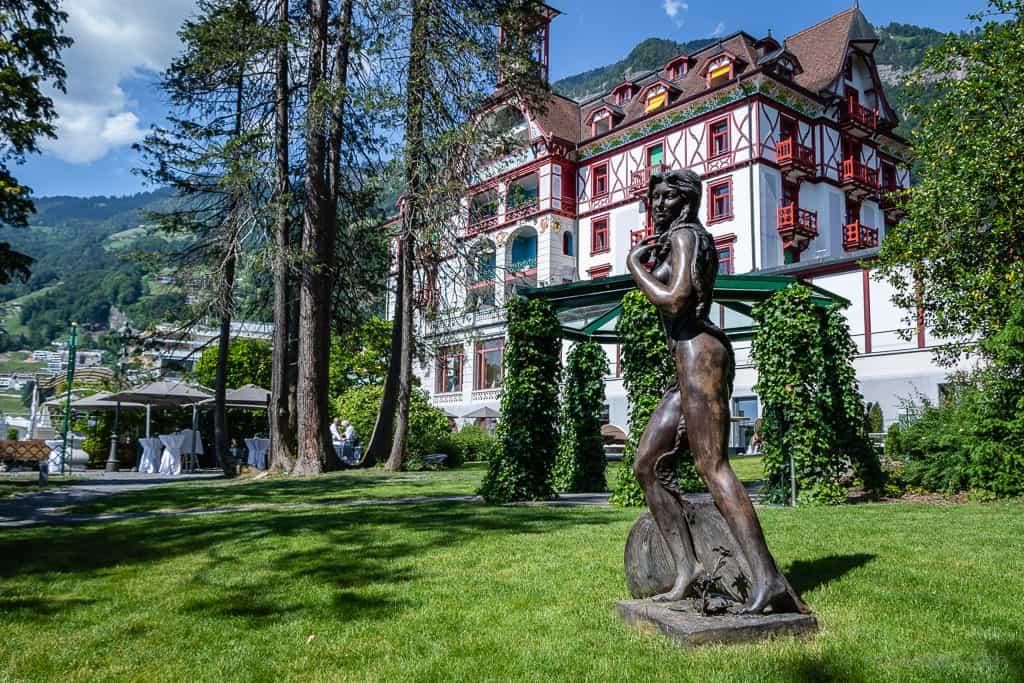 Bronzestatue im Garten des Vitznauerhofs