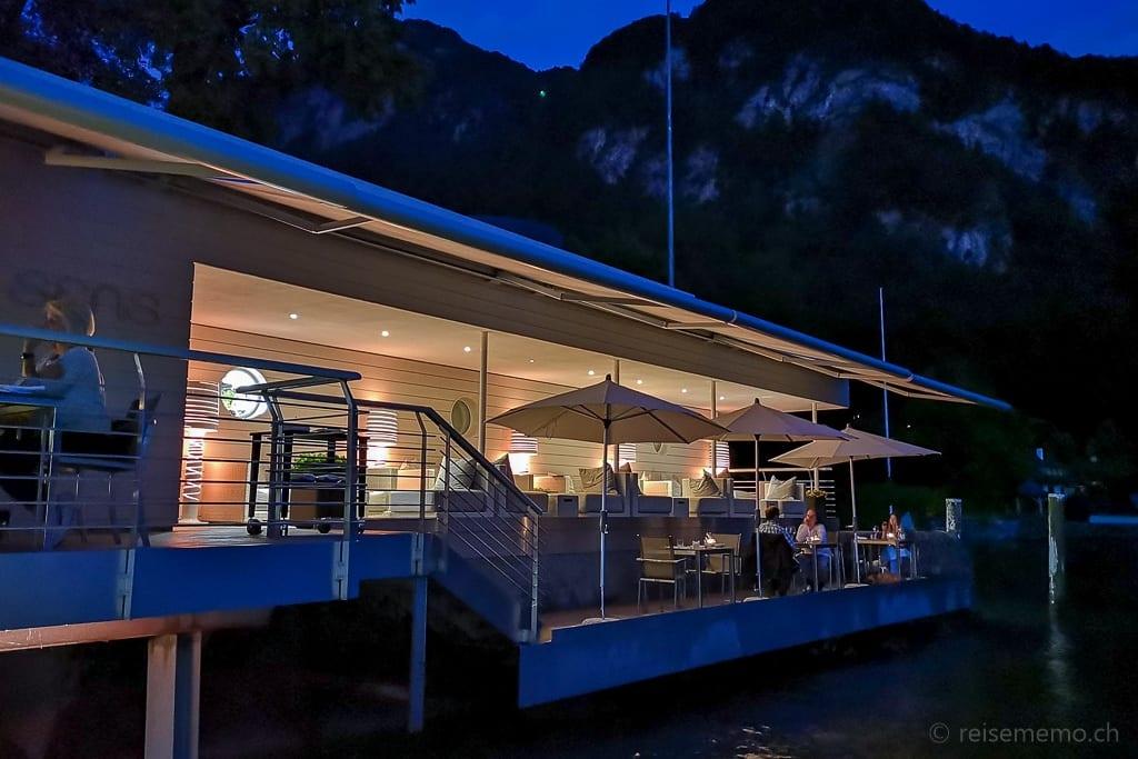 Lounge und Terrasse des Restaurants Sens beim Eindunkeln