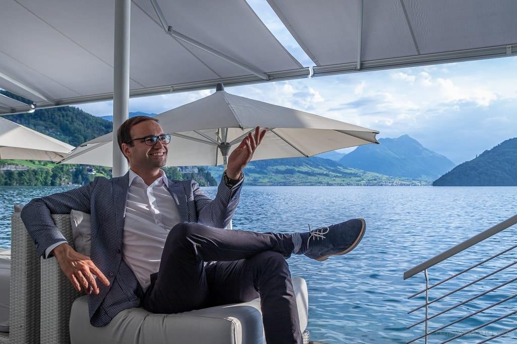 Hoteldirektor Raphael Herzog in der Sens-Lounge am Vierwaldstättersee