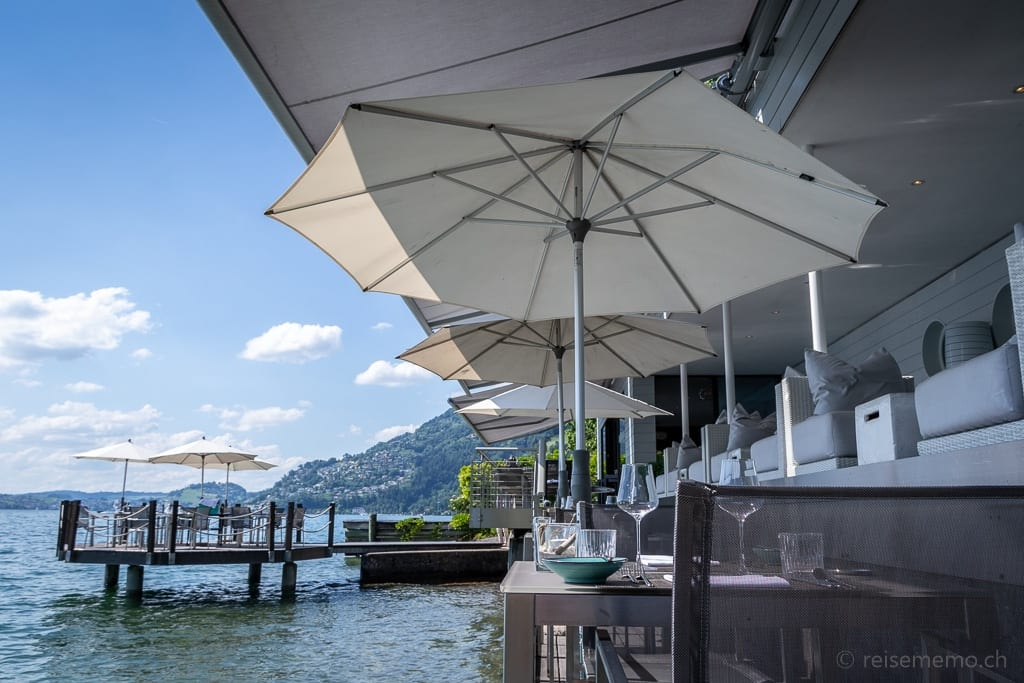 """Terrasse mit Sonnenschirmen und """"Insel"""" des Gourmetrestaurants Sens"""
