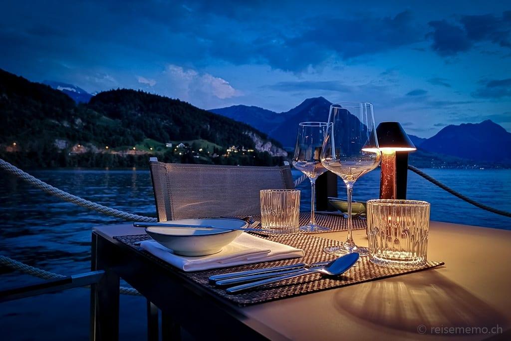 Tischgedeck zur blauen Stunde im Restaurant Sens am Vierwaldstättersee