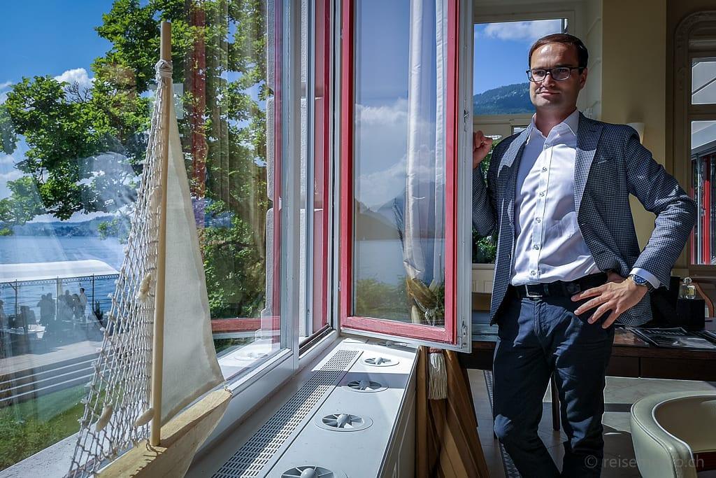 Hoteldirektor Raphael Herzog im Vitznauerhof mit Sicht auf den Vierwaldstättersee