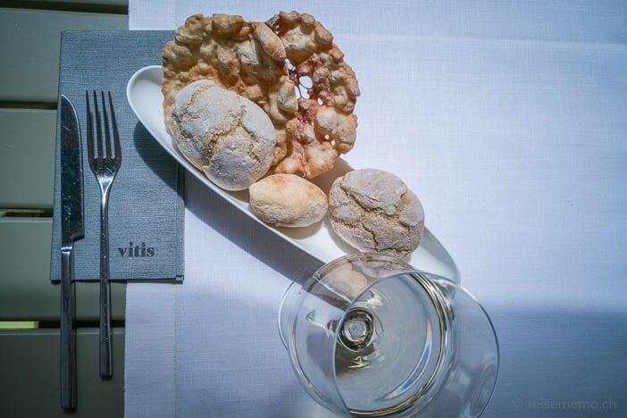 Vitis Tischgedeck mit Glas und Brotauswahl