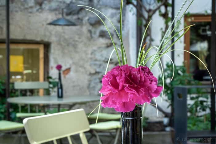 Tische im Vitis Innenhof mit schattenspendenden Reben