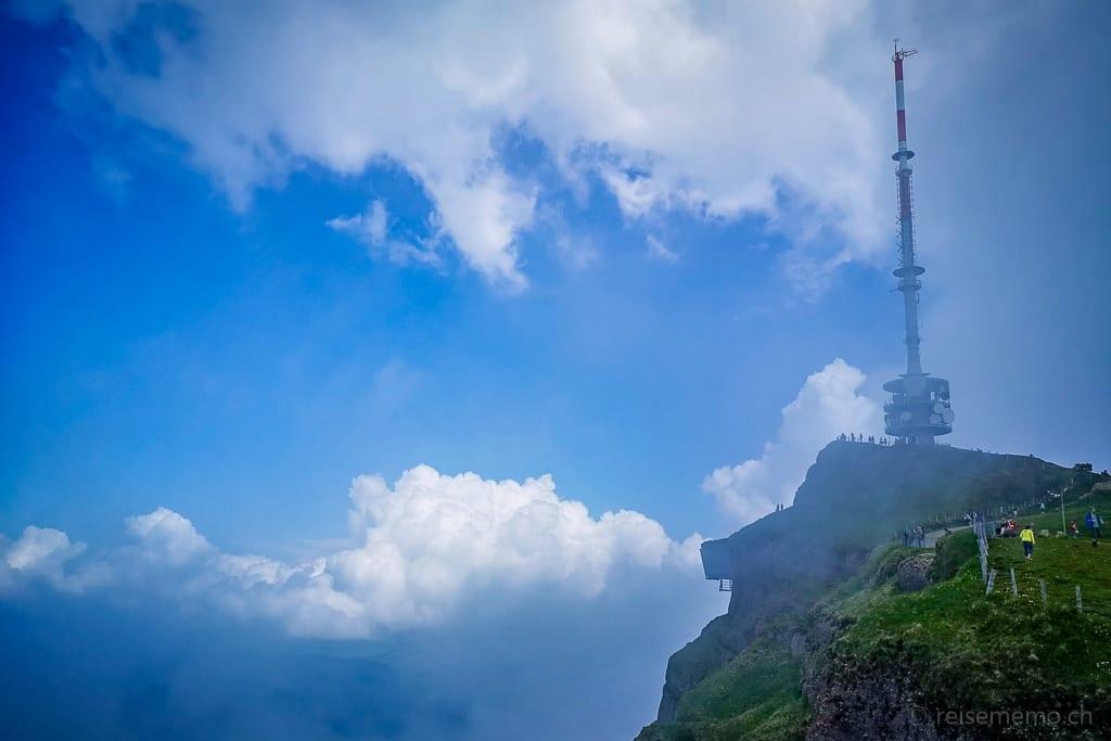 Wolken und Nebel um den Sendemasten auf der Rigi Kulm