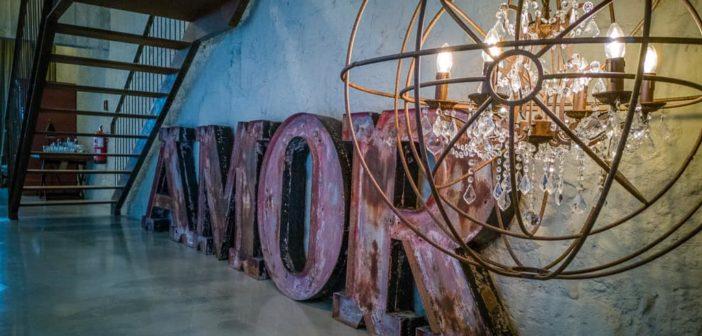 AMOR Schriftzug und Kronleuchter aus Eisen im Hotel Armazém Luxury Housing