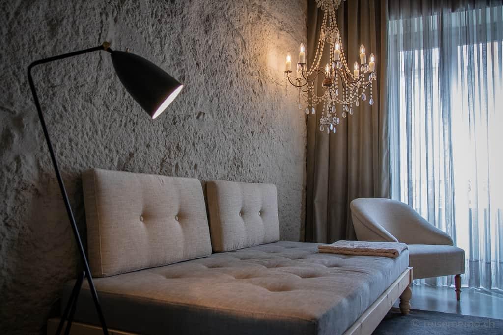 Couch im Hotelzimmer des Hotels Armazém Luxury Housing