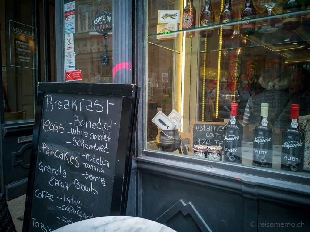Frühstücksmenu des Cafés Mercador an der Rua das Flores