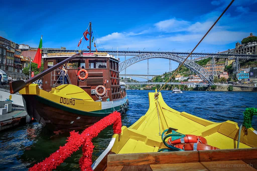 Schiffe der Douro 6-Brücken Kreuzfahrt mit Brücke Dom Luis I im Hintergrund