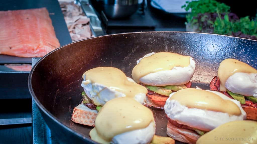 Eggs Royale mit Avocado und hausgeräucherter Lachs