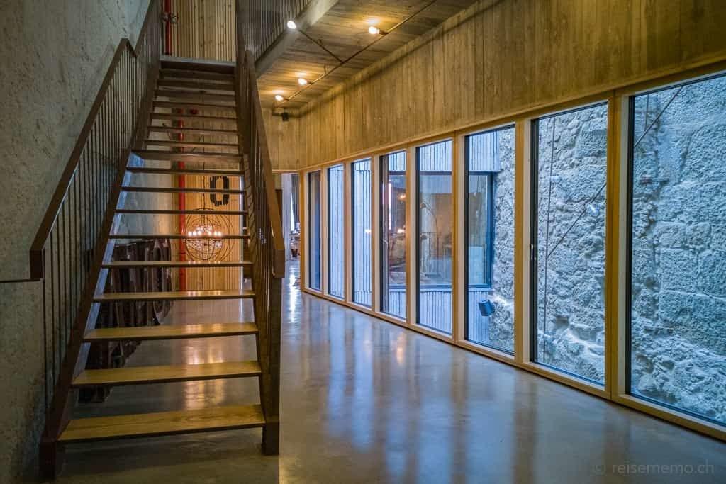 Eisen-Holztreppe und Lichthof des Boutique-Hotels Armazém Luxury Housing