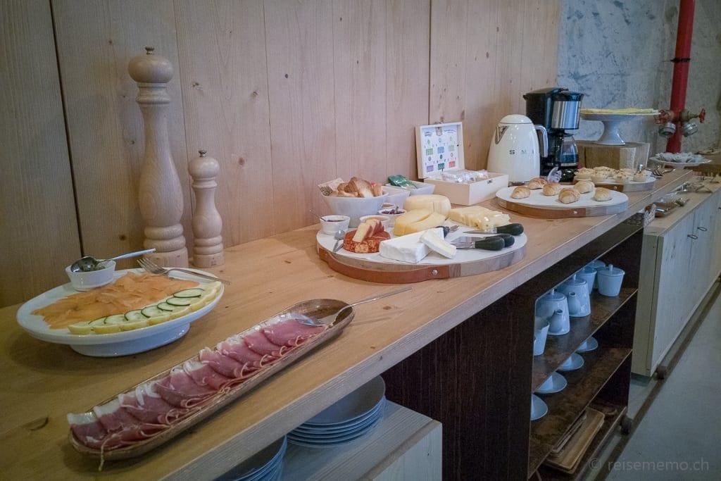 Frühstücksbuffet auf Sideboard