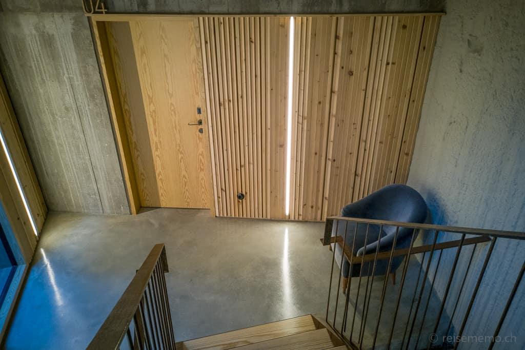 Kontraste ausTannenholz und Sichtbeton beim Armazém Hotelzimmer