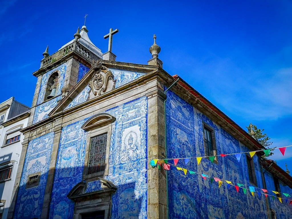 Blau-weisse Kacheln an der Capela das Almas in Porto