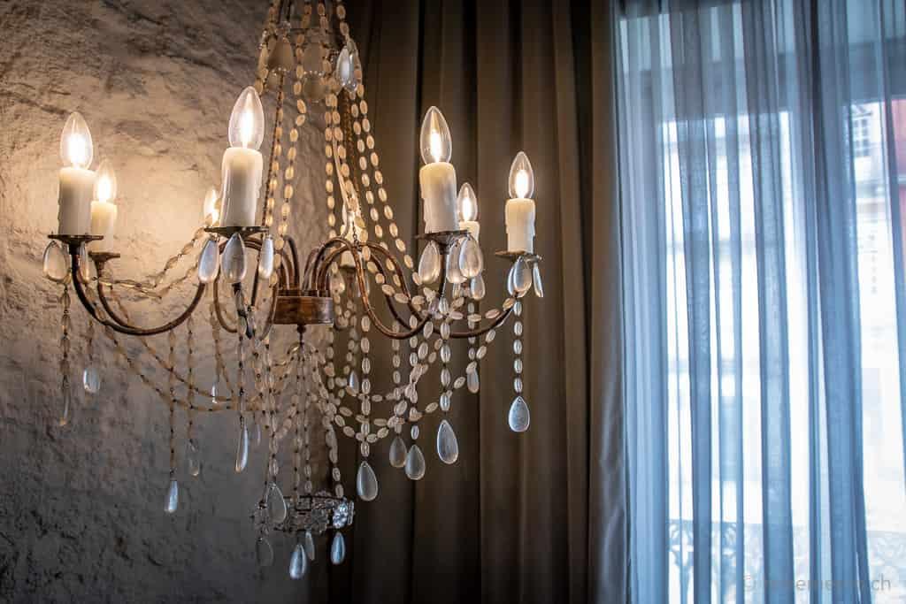 Kronleuchter und Vorhänge im Hotelzimmer