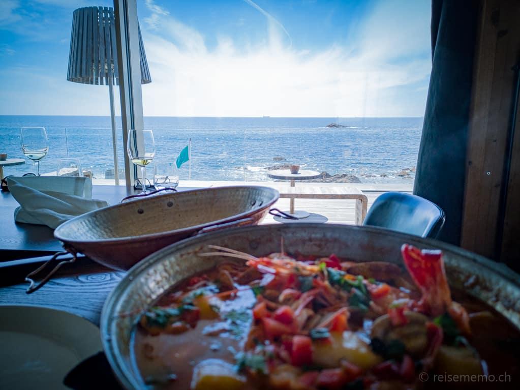 Meeresfrüchteplatte mit Aussicht auf Praia do Luz in Porto