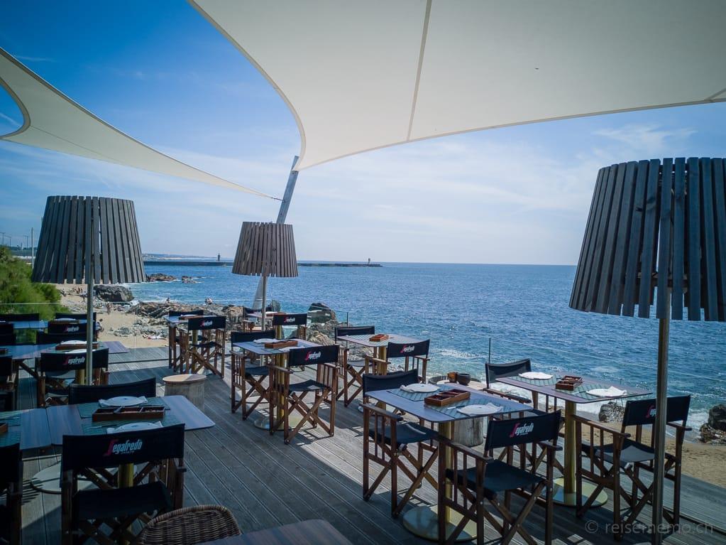 Sonnensegel auf der Terrasse des Restaurants Praia da Luz in Porto