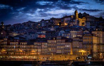 Blaue Stunde über Portos Ribeira-Quartier am Douro