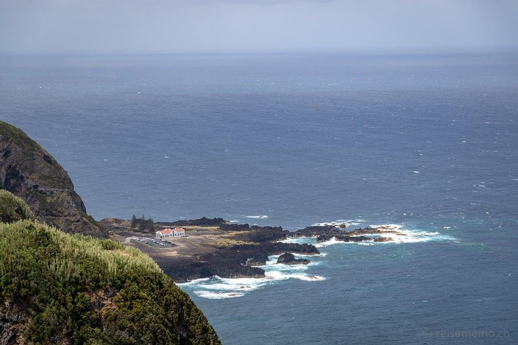 Miradouro da Ponta do Escalvado mit Sicht auf die Therme Ferraria