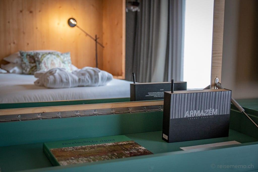Sideboard mit Stauraum und Spiegel im Armazém Hotelzimmer