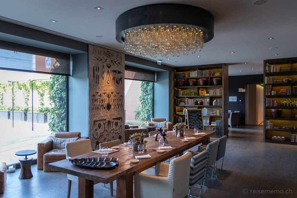 Stilvoll dekorierte Weinbar und Lounge des Six Senses Douro Valley