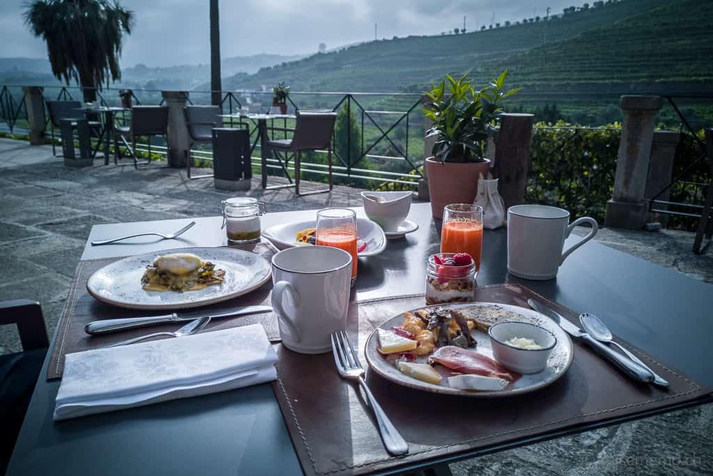 Frühstück auf der Terrasse des Six Senses Douro Valley