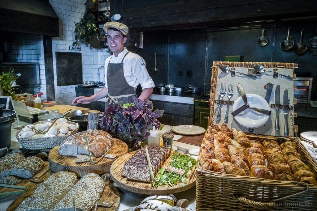 Koch Alvaro am Frühstücksbuffet des Six Senses Douro Valley