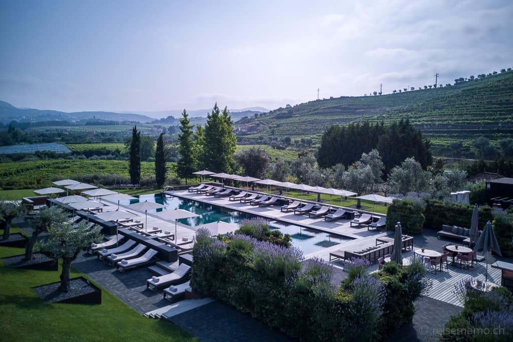 Pool mit Liegewiese des Six Senses Douro Valley
