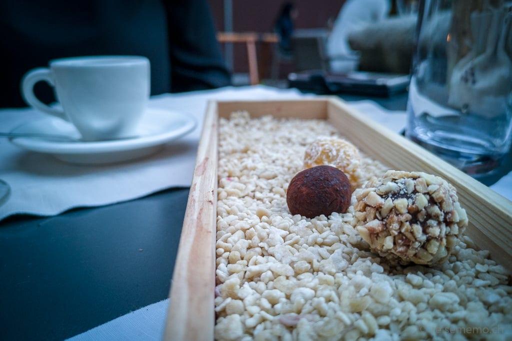 Pralinen zum Kaffee im Restaurant des Six Senses Douro Valley