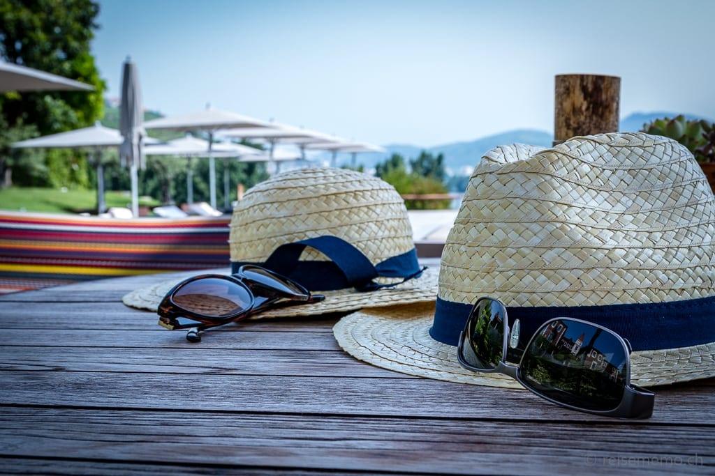 Strohhüte mit Sonnenbrille am Pool des Six Senses Douro Valley