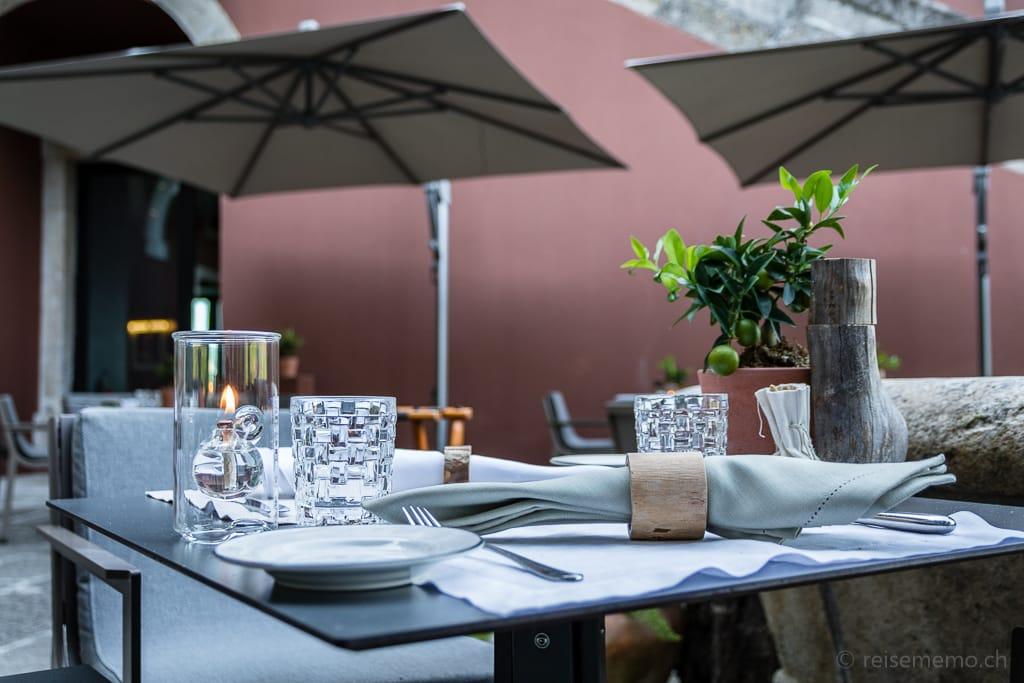 Tischgedeck auf der Restaurantterrasse des Six Senses Douro Valley