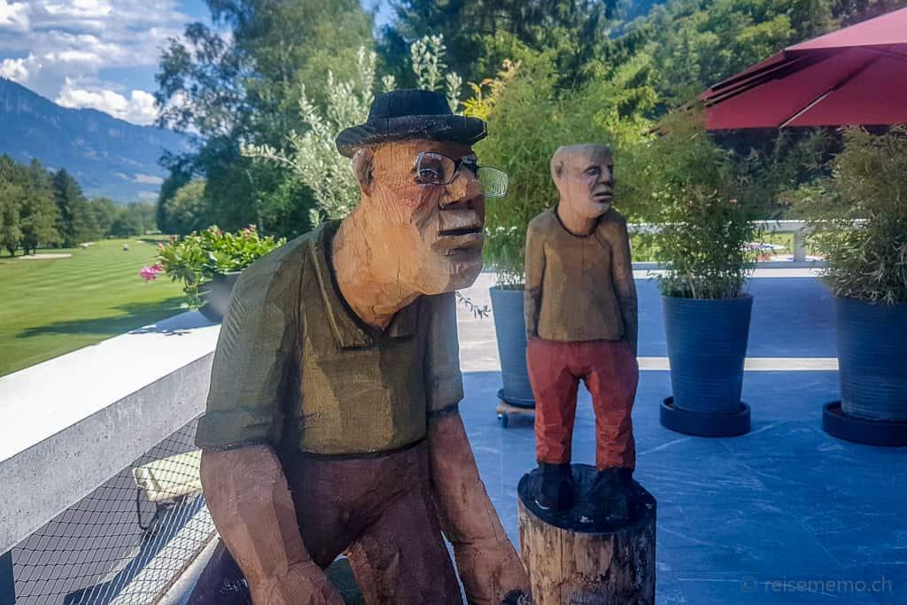 Holzskulpturen beim Golf-Restaurant Gladys