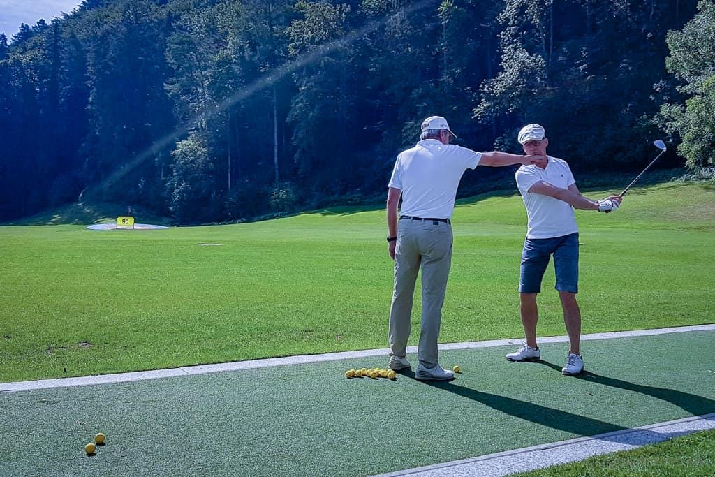 Driving Range Bad Ragaz: Golfpro Mario erteilt Walter eine Lektion