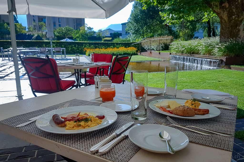 Frühstück im Garten des Restaurants Olives d'Or des Grand Resort Hof Ragaz