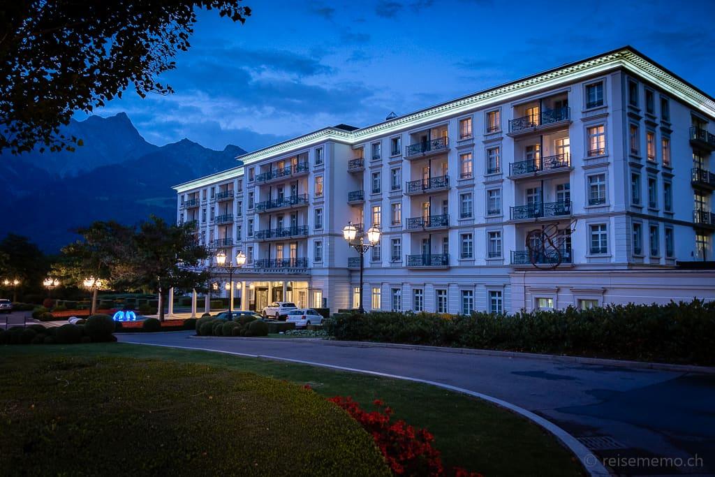 Eingang zum Grand Resort Quellenhof & Spa Suites abends zur blauen Stunde