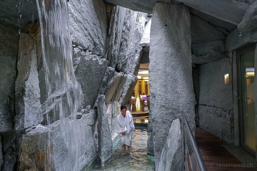 Katja im Thermalquellwasser des Spa à la Tamina Schlucht