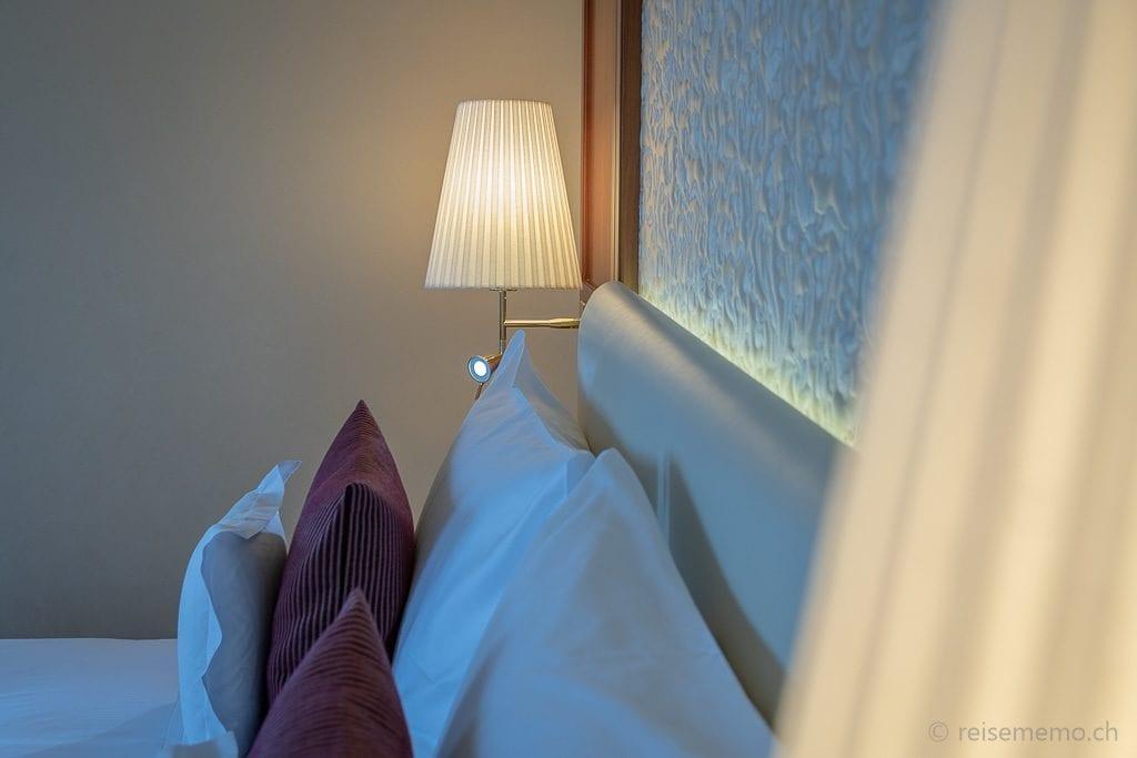 Auswahl an Kissen in der Suite des Grand Hotels Hof Ragaz