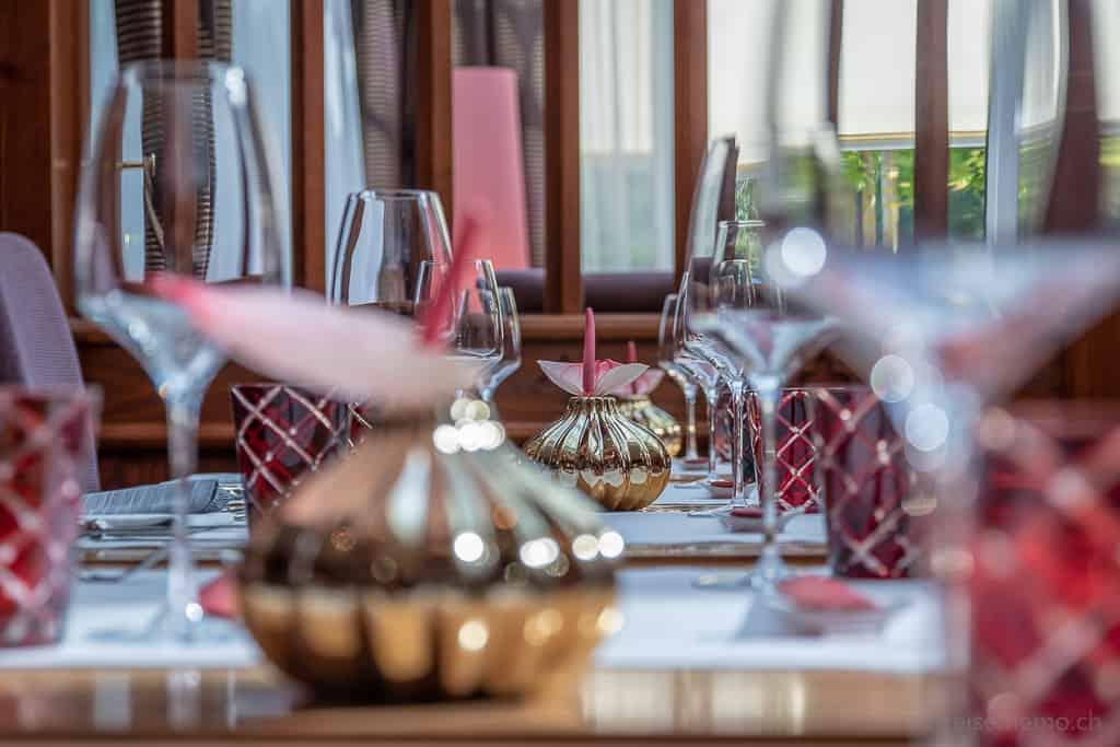 Restaurant Namun: Stilvolles Tischgedeck in gold und rot