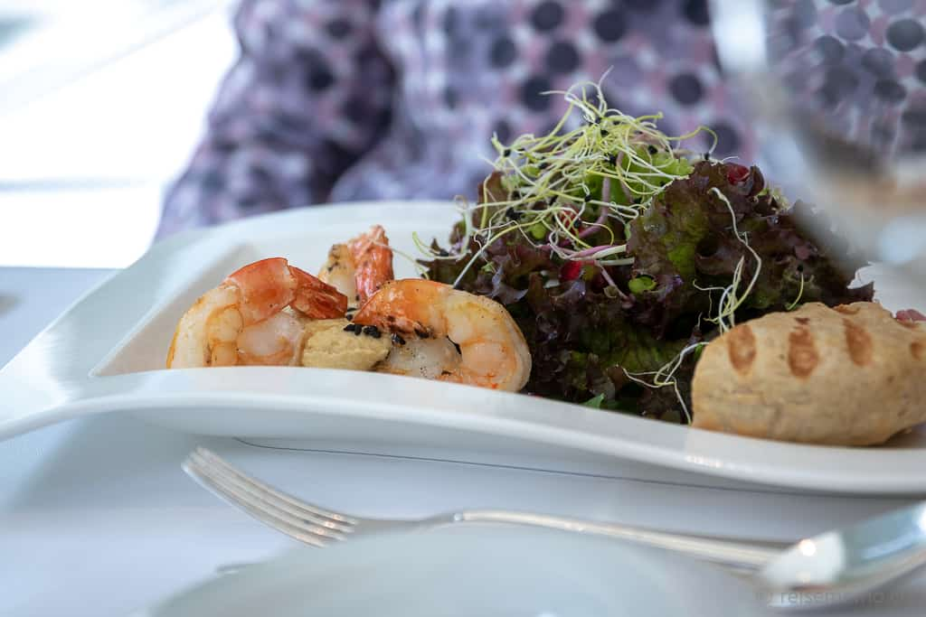 Riesenkrevetten auf Hummus mit schwarzem Sesam im Restaurant Olives d'Or