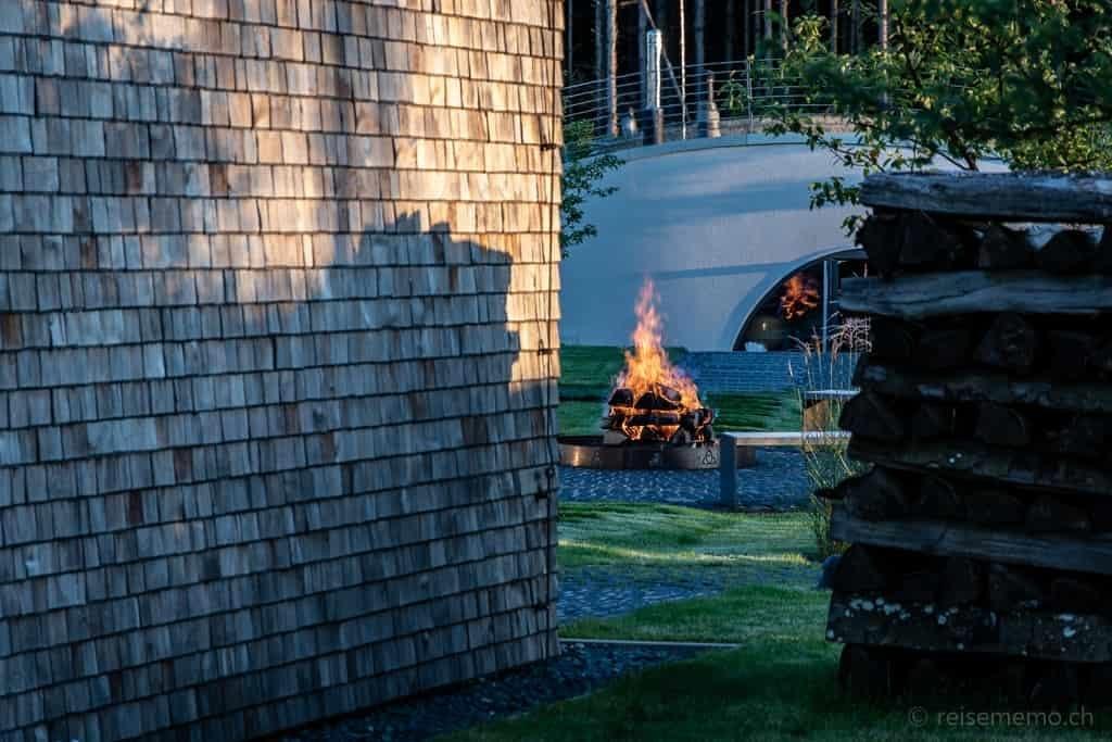 Feuerstelle und Erdsauna in der Seezeitlodge am Bostalsee