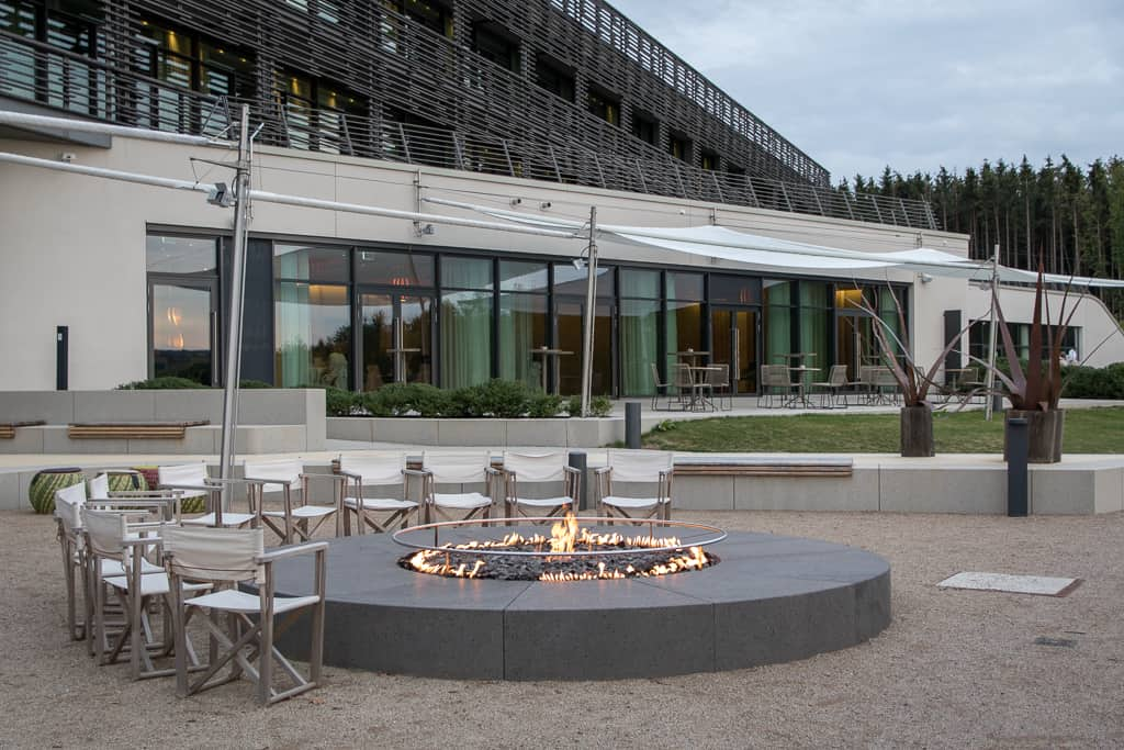 Lodge-artige Feuerstelle der Seezeitlodge am Bostalsee