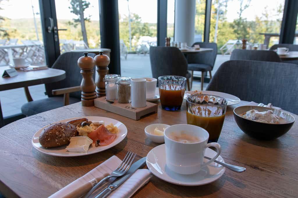 Frühstückstisch im Restaurant Lumi der Seezeitlodge am Bostalsee
